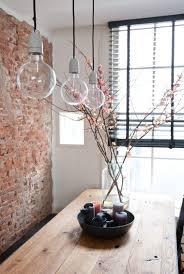 Lampen Im Wohnzimmer Esszimmer Backsteinwand Im Loft Stil Hängende Glühbirnen Lampen Und Blumige