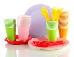piatti e bicchieri di plastica colorati plastica stoviglie usa e getta messe al bando in francia moschito