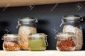 bocaux de cuisine bocaux en verre avec des céréales noix beurre confiture sur l