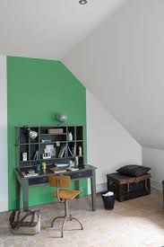 mettre sur le bureau mettre en peinture un mur couleurs vert et gris pour repeindre le