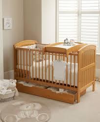 chambre bébé pin massif mamas and papas lit bébé plan à langer et tiroir hayworth pin