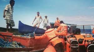 basarnas kendari evakuasi lima orang korban logboat mati mesin di
