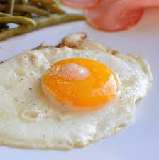 recette de cuisine plat oeuf au plat et oeuf miroir cuisson des oeufs à la poêle recette