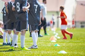 panchina di calcio squadra di calcio giocatori di riserva su una panchina ragazzi