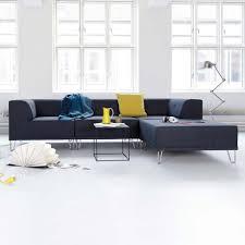 Wohnzimmer Mit Teppichboden Einrichten Schickes Wohnzimmer Und Blauer Teppich Wand In Sandsteinoptik Mit