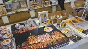 pope francis souvenirs pope francis trinkets sell briskly near vatican