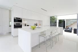 cuisine blanche brillante cuisine blanche et inox idées et astuces en 90 photos archzine fr