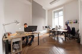 bureau nomade le bureau au fond à droite 3 bureaux fixes et un bureau nomade