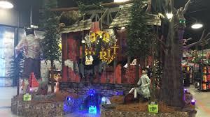 Spirit Halloween Store Decorations Spirit Halloween 2017 Flagship Store Tour Youtube