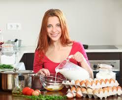 femme en cuisine femme cuisine oeufs brouillés dans cuisine maison