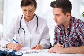 de sexe dans un bureau parler à médecin patient de sexe masculin au bureau banque d