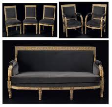un canapé salon comprenant un canapé deux fauteuils et trois chaises