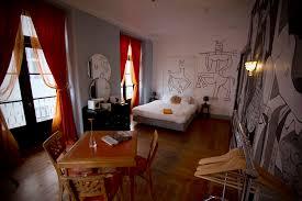 chambre lisbonne dormir dans une chambre d artiste à lisbonne détours du monde