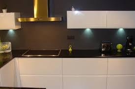 cuisine et blanche cuisine laquée blanche plan de travail granit noir cuisine