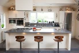 travail de cuisine amazing cuisine blanche avec plan de travail noir 1 plan de