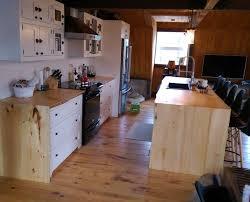 peindre des armoires de cuisine en bois armoire de cuisine blanche îlot live edge cuisine chêtre