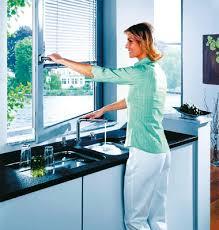 robinet cuisine sous fenetre un robinet d évier qui passe sous la fenêtre inspiration cuisine