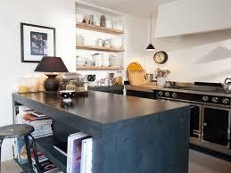 cuisine en béton ciré une cuisine avec îlot et plan de travail en béton ciré
