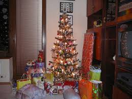 file christmas tree with gifts 2 jpg wikimedia commons