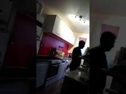 la cuisine de mon pere mon père mange dans la cuisine et il croit qu il est discret