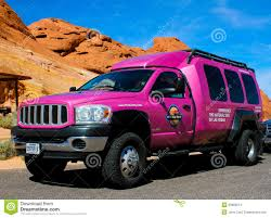 jeep van 2014 de beroemde roze vrachtwagen van jeep redactionele stock