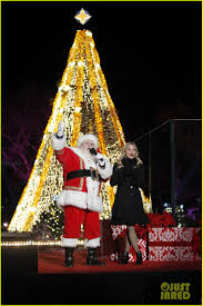 national tree lighting ceremony reese witherspoon helps obama family kick off holiday season at