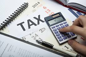 déclaration d impôt remplissante sur le bureau photo stock image