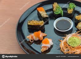 jeu de cuisine sushi jeu de sushi et sushi rolls servi sur table en bois photographie