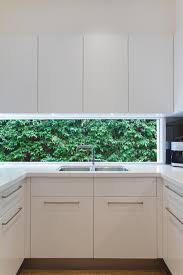 basse cuisine évier de cuisine contemporain résidentiel avec la basse fenêtre