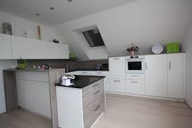 küche in dachschräge tischlerküche in graueiche mit steinarbeitsplatte