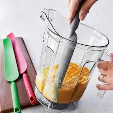 sur la table food processor sur la table silicone blender spatula sur la table