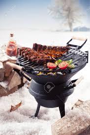 cuisine hiver spare ribs marinées et légumes colorés de cuisine sur un barbecue d