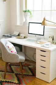 una oficina en casa bonita práctica y con estilo desks room