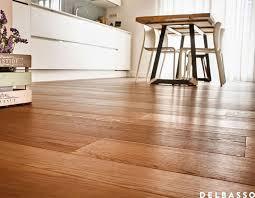 cucina shabby chic con pavimento in legno quercia francese