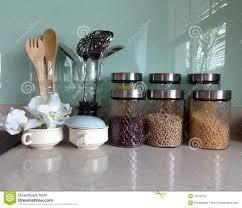 vaisselle de cuisine placard ouvert avec la vaisselle de cuisine photo stock image du