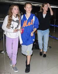 Seeking Cast Maude Leslie Mann Ferries Daughters Maude And Iris Through Lax