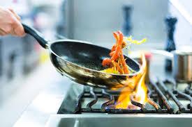 cuisine à la poele chef dans la cuisine de restaurant au poêle avec le image