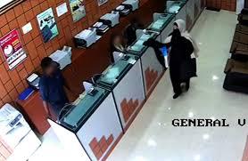 un bureau de change une femme déguisée en tenue de fantôme tente de cambrioler un