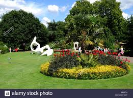 henry moore sculpture on lawn royal botanical gardens kew