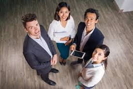 equipe bureau sourire entreprise réunion de l équipe dans le bureau salle