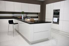 cuisine moderne blanche cuisine blanche avec plan de travail noir 73 idées de relooking