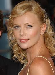 charlize theron u0027s mid length curly hairstyle vip hairstyles
