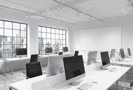bureau lumineux trois rangées de tables d ordinateur dans un bureau lumineux espace