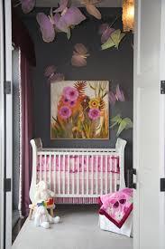 babyzimmer rosa grau babyzimmer grau rosa graue wand mit bunter dekoration bild in