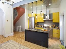 wohnideen minimalistische bar minimalistische küche in gelb mit kücheninsel wohnideen küche