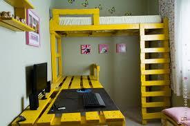 chambre palette gagner de l espace dans votre chambre avec cette solution lit