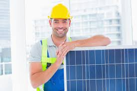 le bureau solaire bricoleur heureux avec le panneau solaire dans le bureau lumineux