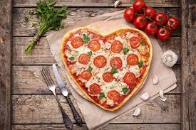 amour de cuisine pizza concept végétarien d amour de margherita en forme de coeur de pizza