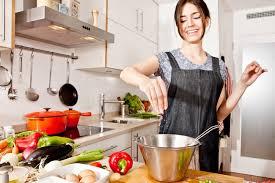 femme en cuisine 9 raisons pour lesquelles il faut se marier avec une suédoise au