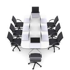 chaise de bureau ronde ordinateurs portables sur la table ronde et les chaises de bureau